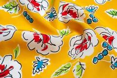 Texturbakgrundsmodell blom- modell på en gul backgroun Royaltyfria Bilder