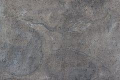 Texturbetongvägg med en spricka arkivfoto