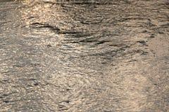 Texture abstraite de fond de se refléter léger de coucher du soleil outre de l'eau de mer photo libre de droits