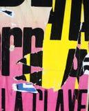 Texture aléatoire de typographie de papier de collage de fond sur le mur photos libres de droits