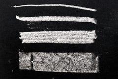 Texture blanche de peinture de craie sur le fond noir de conseil photographie stock libre de droits