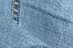 Texture bleue de denim avec un point du côté gauche Photos libres de droits
