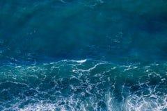 Texture bleue de mer avec les vagues et la mousse photos stock