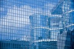 Texture bleue des bâtiments en verre légers Images libres de droits