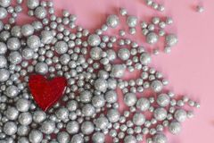Texture brillante de fond de mur de boules, coeur de broche photo libre de droits