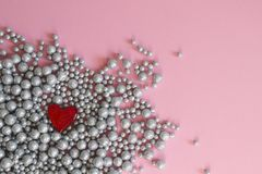 Texture brillante de fond de mur de boules, coeur de broche photos stock