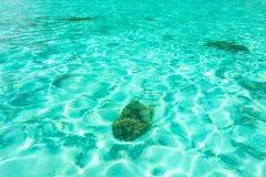 Texture clair comme de l'eau de roche d'eau de mer Fond bleu normal turquo photographie stock