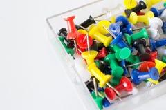 Texture colorée de punaise à l'intérieur de la boîte en verre, goupilles de poussée sur le petit morceau Image libre de droits