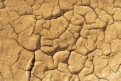 Texture criquée sèche d'argile Cons?quences du r?chauffement global Coucher du soleil spectaculaire photos stock
