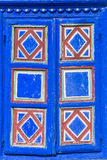 Texture - détail de plan rapproché de volet de fenêtre peint par bleu Photo stock