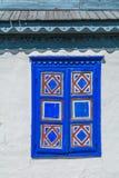 Texture - détail de plan rapproché de volet de fenêtre peint par bleu Image stock