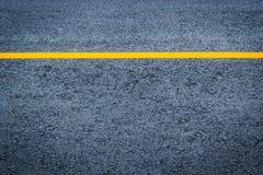 Texture d'asphalte avec la ligne jaune photos stock