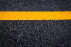 Texture d'asphalte avec la ligne jaune Image libre de droits