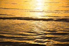 Texture d'or de mer, fond d'or de texture de vague Photos libres de droits