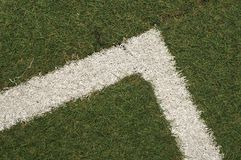 Texture d'herbe artificielle sur la ligne faisante le coin Il est employé dans les sports photos libres de droits