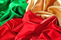 Texture d'or, rouge et verte naturelle de tissu de satin Photographie stock