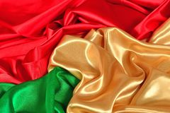Texture d'or, rouge et verte naturelle de tissu de satin Photos stock