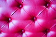 Texture d'un luxueux, lumineux, beau, rose, sofa en cuir piqué avec des rivets, boutons, contexte Images libres de droits
