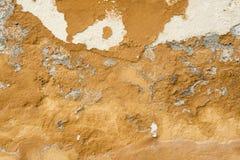 Texture d'un mur jaune ébréché images stock