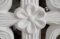 Texture d'une fleur blanche avec des pétales du volume de soulagement d'un plâtre décoratif d'une pierre avec un modèle Le fond images stock