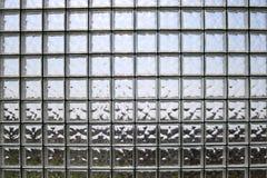 Texture de beaucoup de belles tuiles en verre épaisses carrées transparentes brillantes avec des coutures photo stock