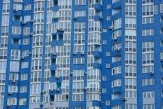 Texture de beaucoup de fenêtres sur le mur d'un édifice haut Photos stock
