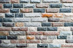 Texture de belles briques rectangulaires multicolores, tuiles des puces naturelles de marbre et de granit avec des coutures Le fo photographie stock libre de droits