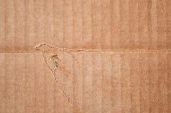Texture de boîte en carton brune endommagée propre Papier plié onduleux Photographie stock libre de droits