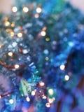 Texture de fête en turquoise sensible et tonalités pourpres avec le beau bokeh coloré et les taches multicolores photographie stock libre de droits