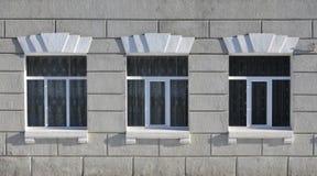 Texture de fenêtres modernes vitrées d'un bâtiment en béton gris Photographie stock