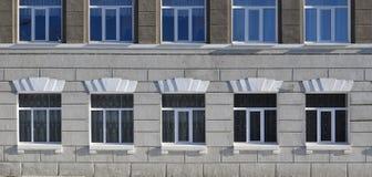 Texture de fenêtres modernes vitrées d'un bâtiment en béton gris Photo libre de droits