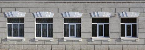 Texture de fenêtres modernes vitrées d'un bâtiment en béton gris Photos stock