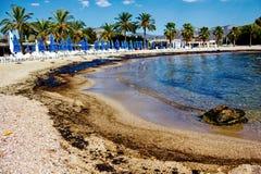 Texture de flaque de pétrole brut sur la plage de sable de l'accident de flaque d'huile, baie d'Agios Kosmas, Athènes, Grèce, le  photos libres de droits