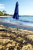 Texture de flaque de pétrole brut sur la plage de sable de l'accident de flaque d'huile, baie d'Agios Kosmas, Athènes, Grèce, le  photographie stock libre de droits