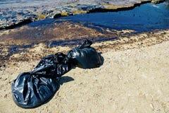 Texture de flaque de pétrole brut sur la plage de sable de l'accident de flaque d'huile, baie d'Agios Kosmas, Athènes, Grèce, le  images stock