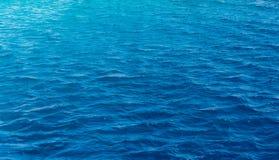 Texture de fond d'un océan bleu profond photos libres de droits