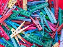 Texture de fond de divers types de vieilles et utilisées pinces à linge multicolores Image libre de droits