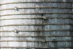 Texture de fond montrant le cerclage au-dessus du béton sur un silo Photo libre de droits