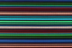 Texture de fond de tissu dans une bande longitudinale de couleur images libres de droits