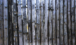 Texture de Grey Old Log Cabin Wall Mur rustique foncé de rondin de Chambre Fond boisé horizontal images libres de droits