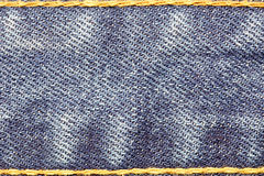 Texture de jeans de denim avec des ficelles et des coutures Photographie stock libre de droits