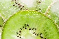 Texture de kiwi de fruit de fond avec des bulles Photographie stock libre de droits