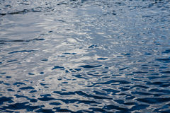 Texture de l'eau bleue avec le remous pris sur le Danube, célèbre pour être un de la plus grande ressource d'eau potable en Europ Photo libre de droits