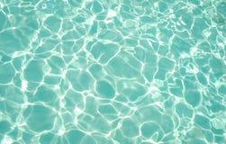 Texture de l'eau de mer verte bleu-clair autour de l'atoll Photographie stock