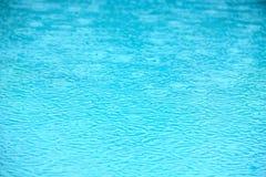 Texture de l'eau de piscine de pluie Photos stock