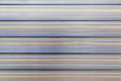 Texture de la barrière ondulée en métal Fond avec les rayures horizontales parallèles Le mur est gris et beige Photos libres de droits