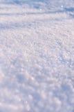 Texture de la neige blanche miroitant au soleil Image libre de droits