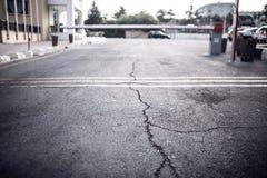 Texture de la vieille route avec des fissures Surface d'asphalte sur la rue Photo libre de droits