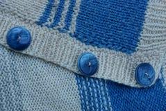 Texture de laine de gris bleu d'un chandail avec trois boutons Photos libres de droits