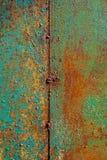 Texture de métal rouillé, vert peint qui orange de becames de texture verticale de rouille de peinture criquée sur l'acier soudé  images libres de droits